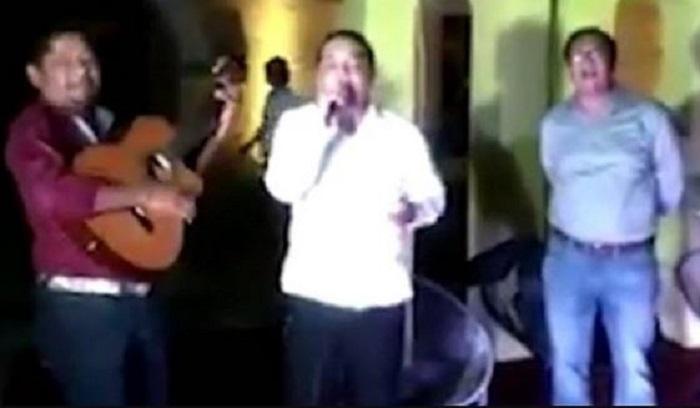 Alcalde de Acapulco cantó 'mátalas'… en plena crisis por femincidios en Guerrero (VIDEO)