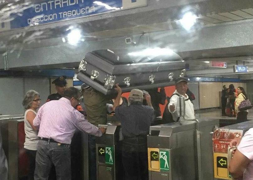 Usuarios ingresan al Metro con ataúd; no tenían dinero para el flete