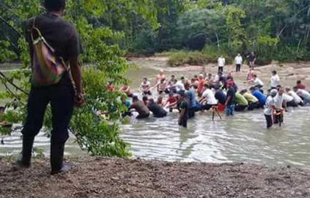 Indígenas de Agua Azul trabajan con palas y picos para recuperar el agua de las cascadas