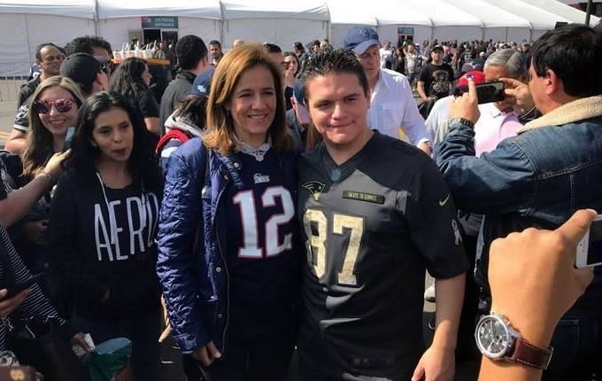 Margarita Zavala aprovecha el partido de la NFL para juntar firmas