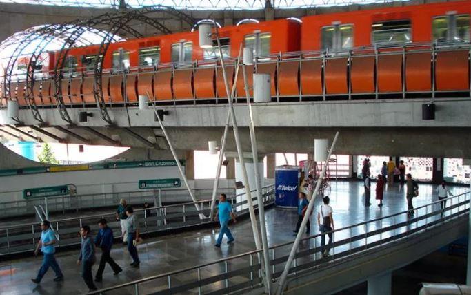 Tres sujetos asaltan a pasajeros en vagón del metro, autoridades no responden