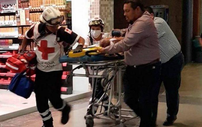 En un Walmart de Oaxaca, bebé muere al caer de los brazos de su mamá