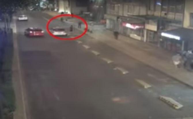 Hombre patea taxi que le negó servicio, se bajan dos sujetos y lo matan (VIDEO)
