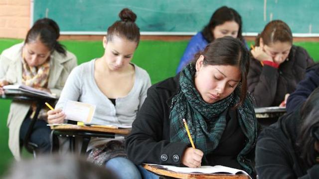 Mexicanos creen que si una mujer estudia, 'se vuelve más rebelde': encuesta