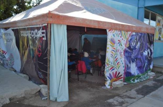 Niños indígenas de Hidalgo toman clases en carpa improvisada a dos meses del sismo