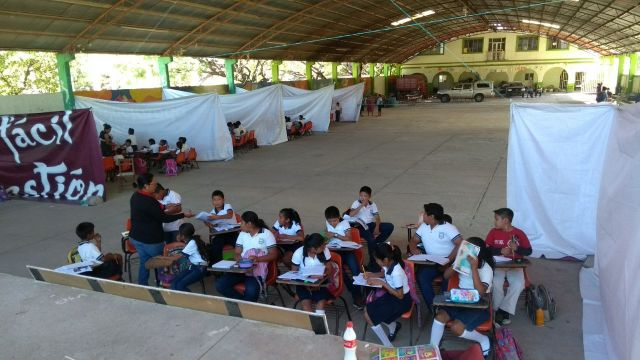 Primaria de San Dionisio del Mar toma clases en aulas con paredes de lona