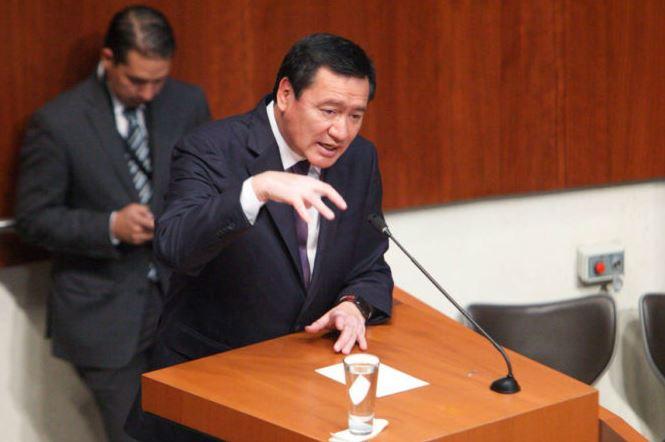 """Tunden en el Senado al """"súper secretario"""" Osorio Chong; le achacan la inseguridad y lo acusan de tráfico de influencias"""