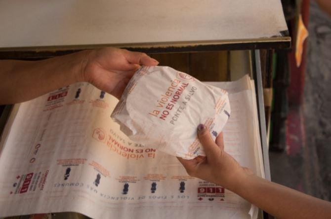 En Puebla, usan papel para las tortillas con mensajes contra la violencia de género