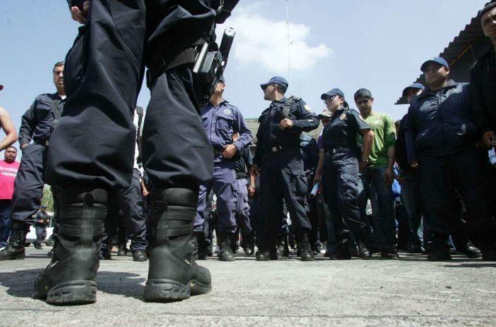 Policías han sido abusados, pagan uniformes, hacen mandados y hasta recogen basura