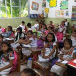 Niños mayas de Yucatán visten trajes típicos en la escuela, para preservar identidad