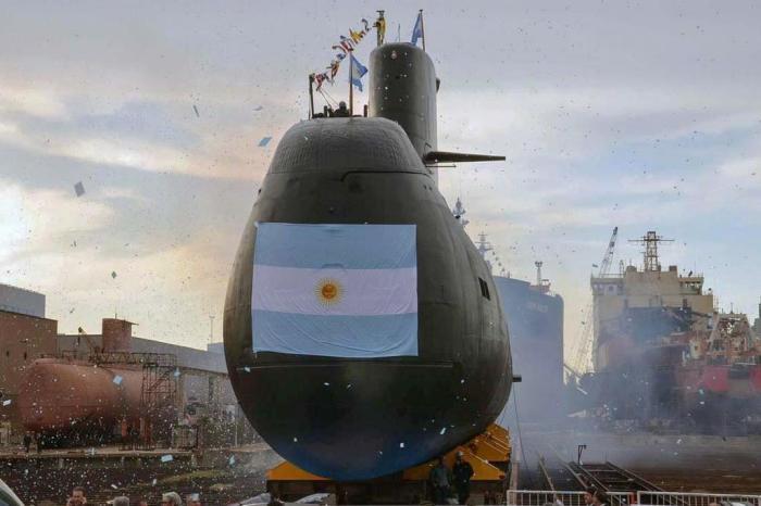 Familiares de tripulantes del submarino desaparecido reprochan tardía reacción de Macri