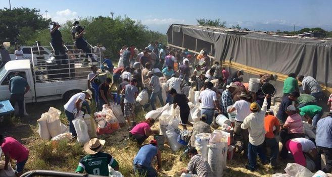 Vuelca tráiler con maíz y lo vacían en minutos en Tamaulipas