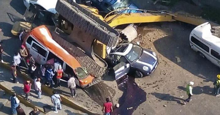 Cae retroexavadora sobre 5 vehículos en Interlomas, hay dos muertos y seis heridos
