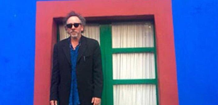Tim Burton se paseó por Coyoacán; inaugurará una muestra de su trabajo