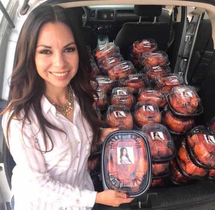 #LadyPollos, la diputada que regala pollos rostizados con su foto