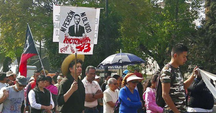 Policía de CDMX impide el paso a padres de Ayotzinapa a Basílica de Guadalupe (Videos)