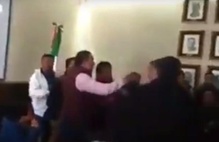Por cuestionarlo sobre obras públicas, alcalde priista del Edomex agrede a ciudadano