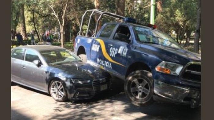 Audi intentó huir de infracción en Polanco, pero chocó contra patrulla y lesionó a dos policías