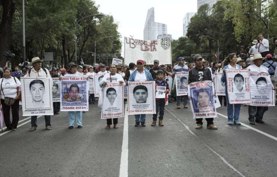 Familiares exigen en México aparición de 43 estudiantes normalistas de Ayotzinapa