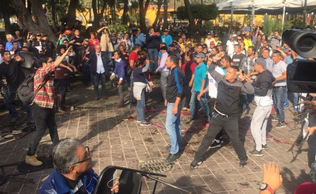 Delegado de Coyoacán intenta impedir acto de AMLO y Sheinbaum; se arma trifulca