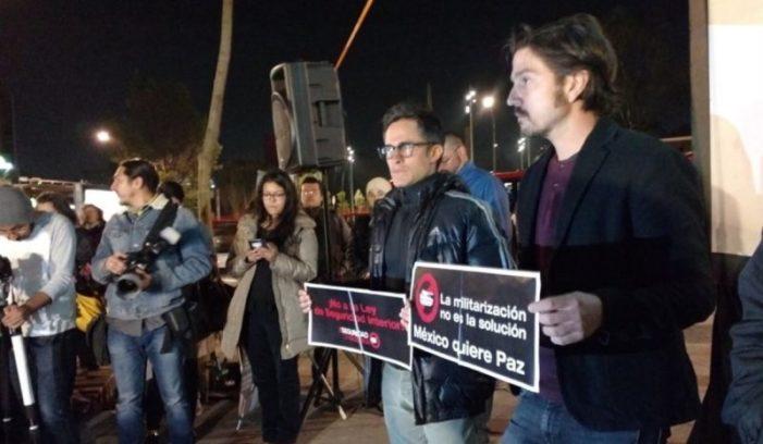 Gael García y Diego Luna protestan contra la Ley de Seguridad que militariza al país