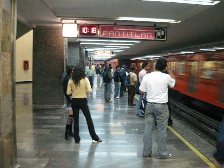 Muerto viajó durante horas en el Metro; lo creían dormido