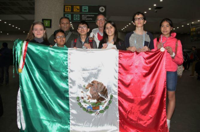 Estudiantes de secundaria se llevan oro en Olimpiada internacional de matemáticas