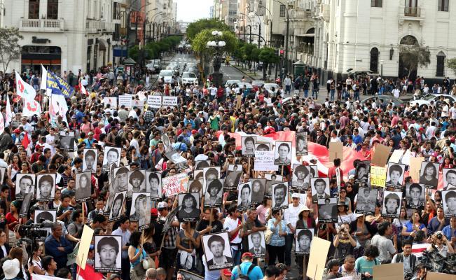 Miles de peruanos en la calle contra el indulto a Fujimori