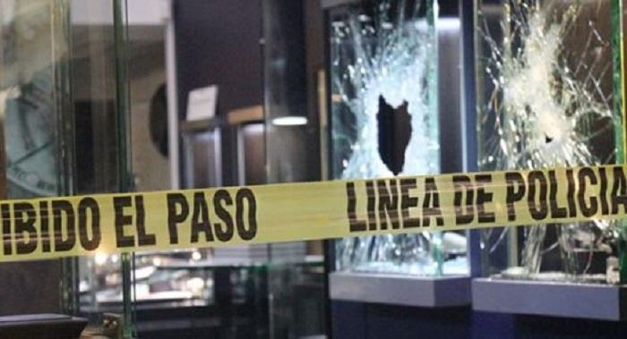 Ladrones roban joyería en Antara; rompieron los cristales con un mazo