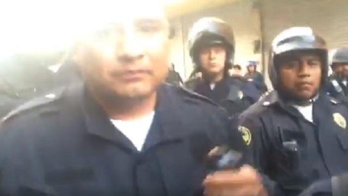 Policías agreden a reportero mientras transmitía en vivo el operativo de Meave