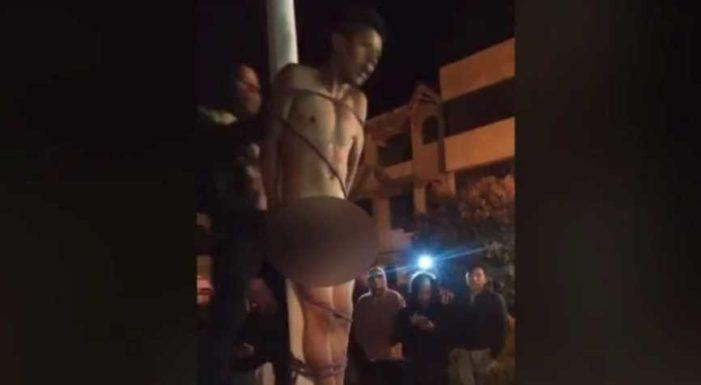 Multitud enardecida desnuda e intenta linchar a presunto ladrón (video)