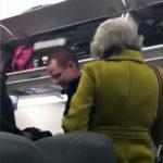 Ocupa Anaya asiento de una señora en el avión y ésta lo hace quitarse (Video)