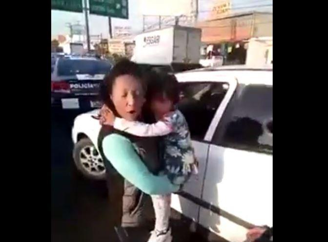 Pareja de asaltantes usaban  niños pequeños para esconder armas de fuego (VIDEO)