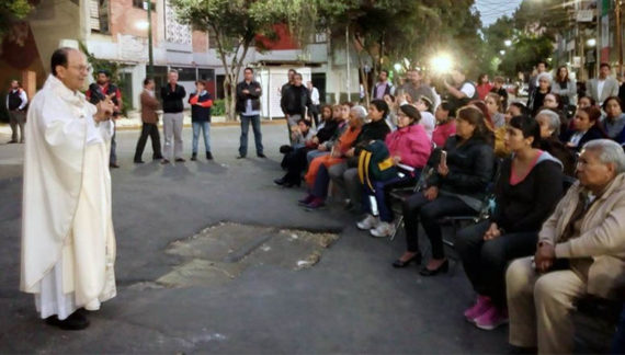 Solalinde invita a Mancera a pasar una noche con los damnificados para que sensibilice