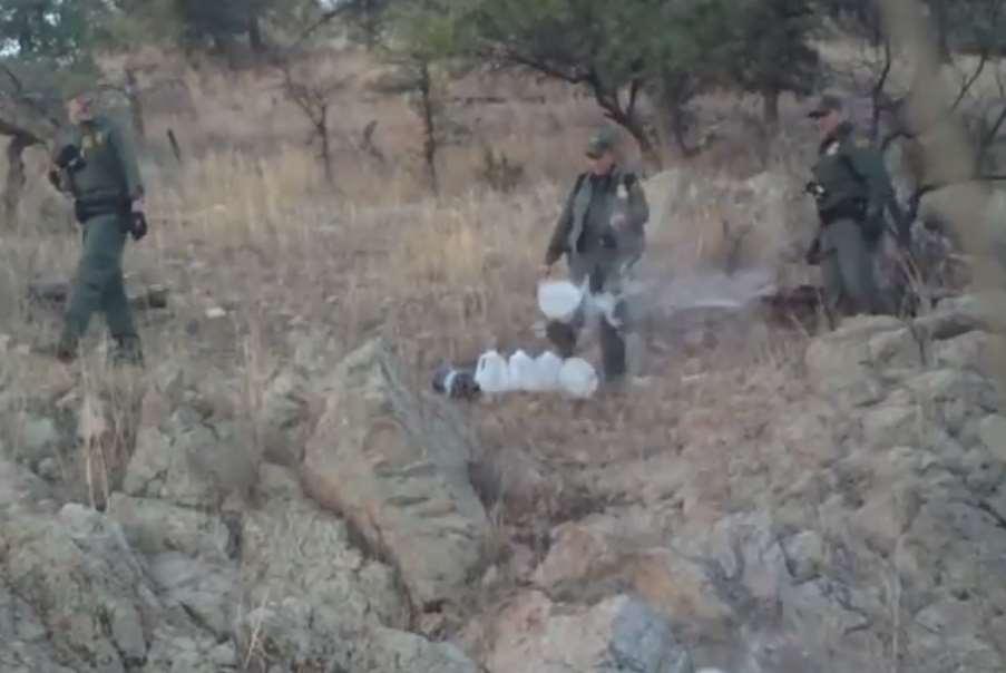 Informe: Patrulla fronteriza vandaliza los galones de agua dejados a los inmigrantes