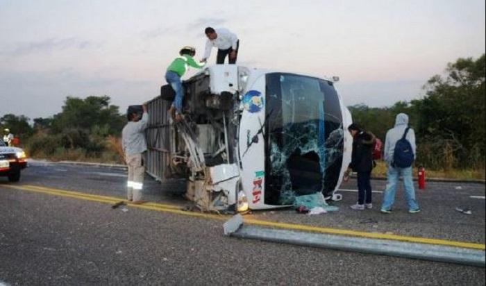 Una estudiante falleció y 26 resultaron heridos por una volcadura en Chiapas