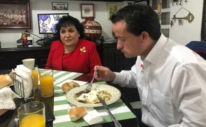 La ignorancia y el ignorado, Carmen Salinas opaca a Mikel Arriola durante recorrido