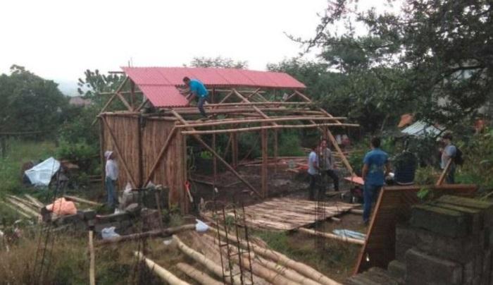 Levantan casas con bambú para damnificados del 19S en Puebla