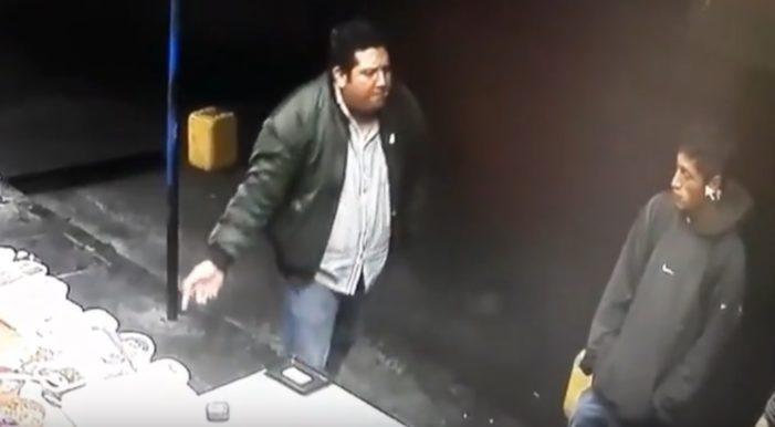 Empleado pide a comensal que no manosee la comida y este lo balea (VIDEO)