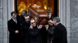 Dolores O'Riordan provocó que miles esperaran en la lluvia durante su funeral