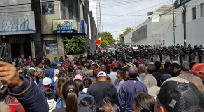 Maestros protestan porque no les han pagado y encima los encarcelan en Michoacán
