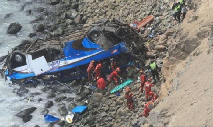 Murieron 48 personas por camión que cayó en acantilado en Perú