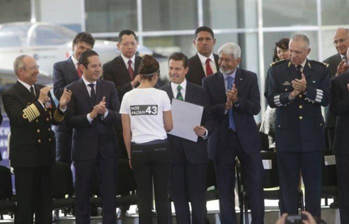 La doctora que protestó por los 43 en entrega de reconocimientos de manos de EPN
