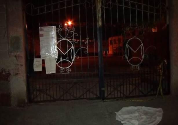 Tiran cuerpo de mujer de auto en movimiento en Nezahualcóyotl