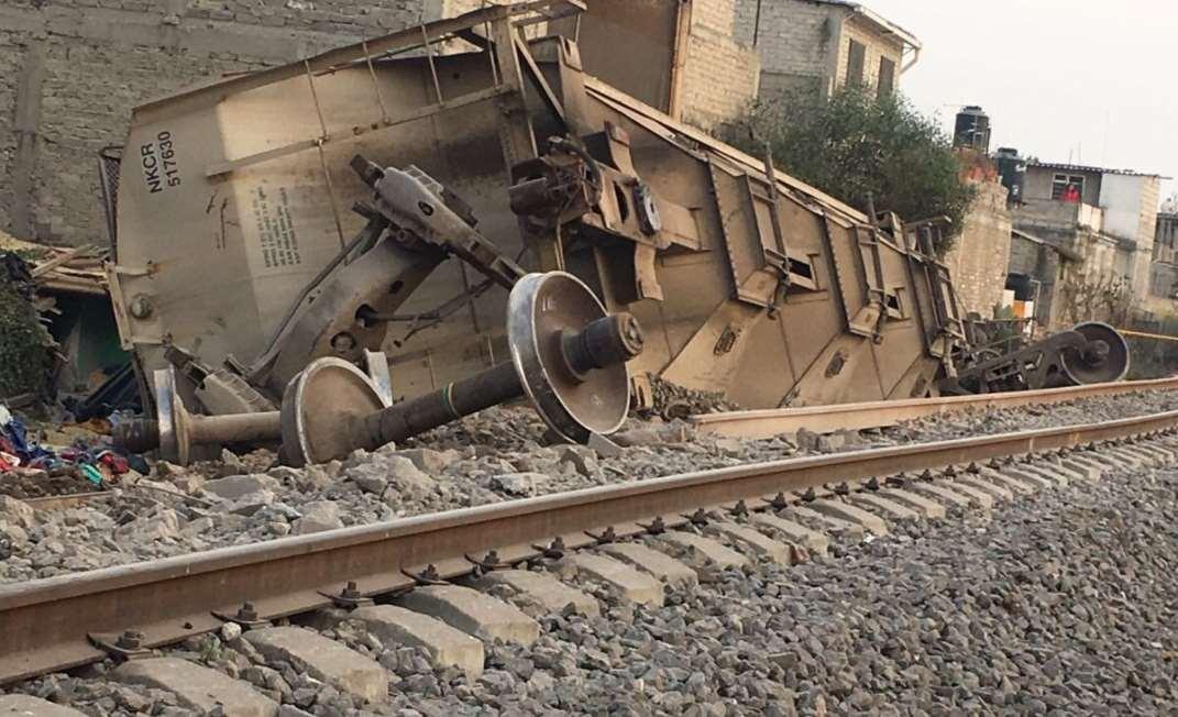 Cae ferrocarril sobre casas en Ecatepec, hay al menos cinco muertos
