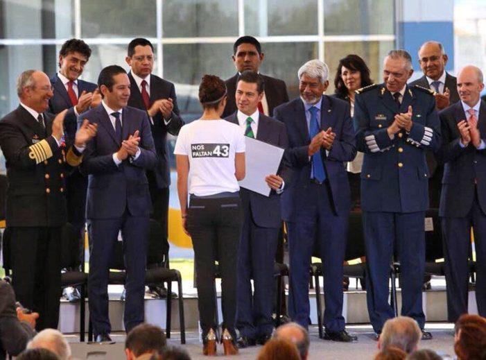 Investigadora protesta ante Peña por los 43 desaparecidos de Ayotzinapa