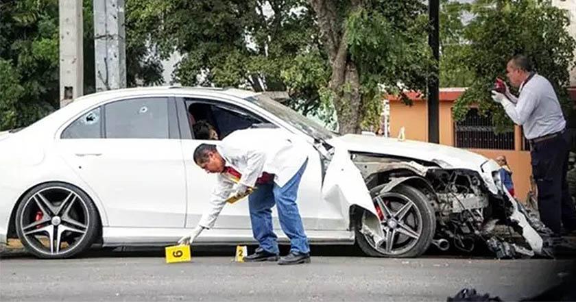 Balean a conductor de Mercedes Benz, ciudadanos le piden ambulancia y vuelven a rematarlo