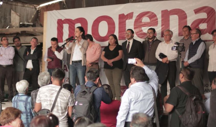 Barrales se compromete a resolver problemas y apoyar a mujeres