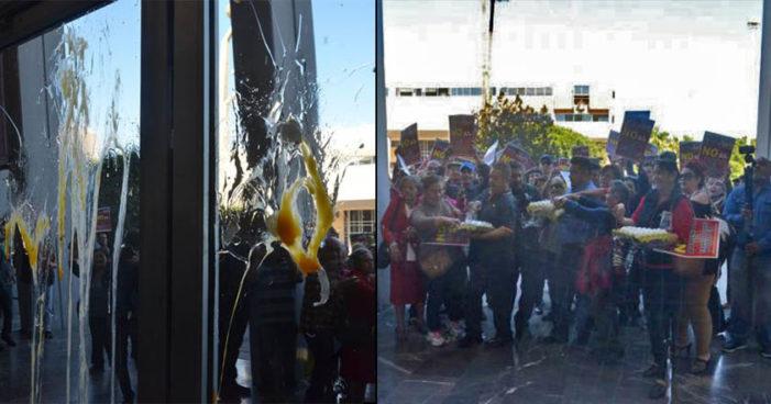 Mexicali: Ciudadanos atacan Congreso a huevazos por amenaza de aumento a transporte público