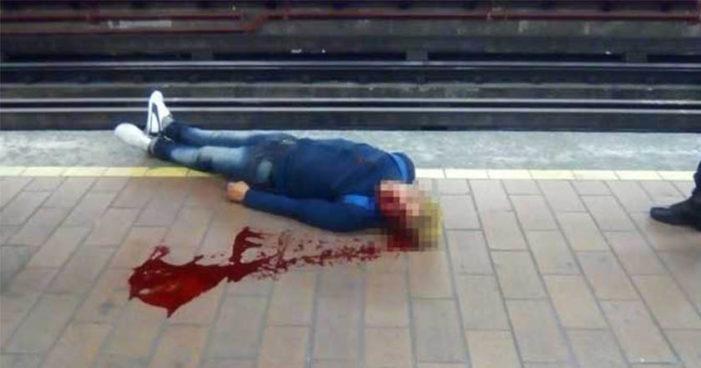 Se asoma para ver si viene el Metro y éste lo golpea en la cabeza